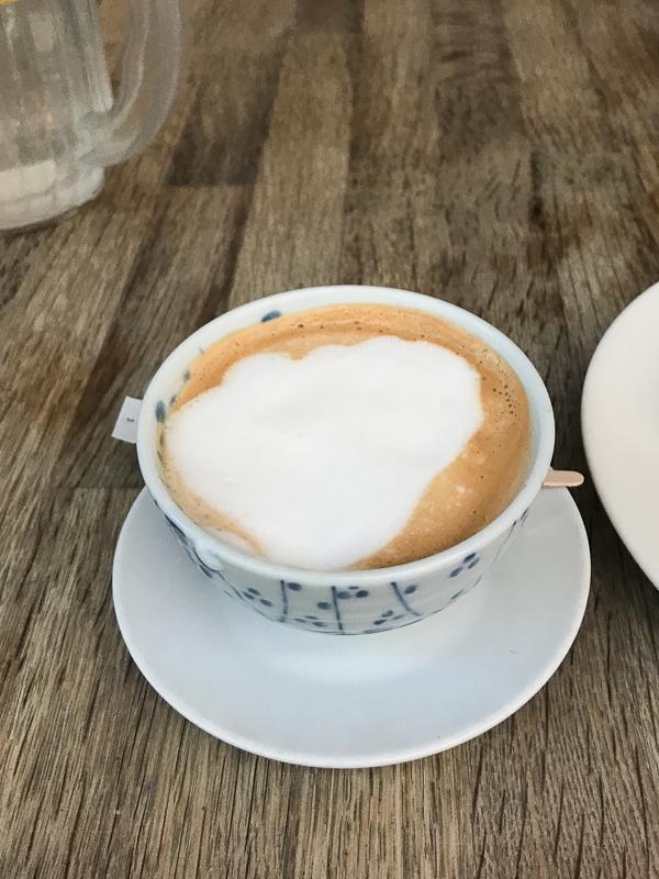 湯呑に入れられたコーヒー