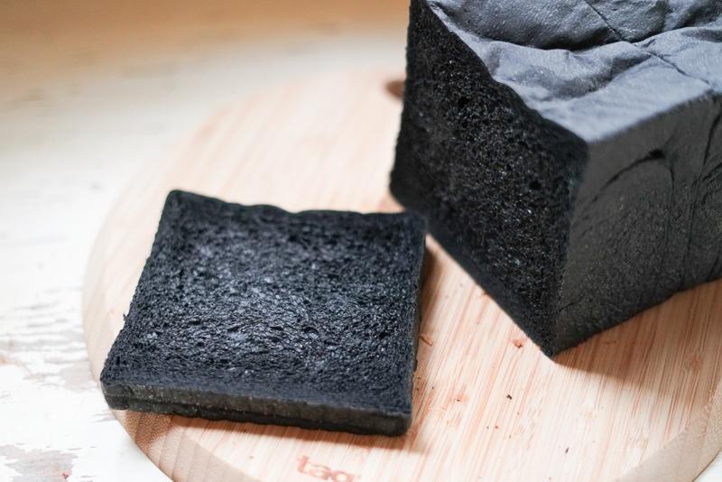 活性炭+麹パウダー入りパン