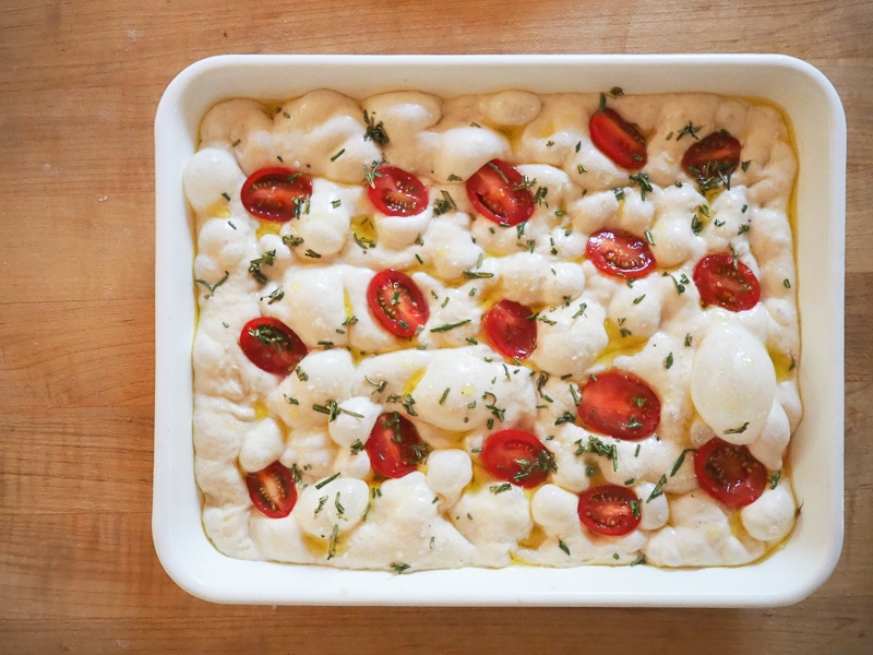 ミニトマトとローズマリーをトッピング