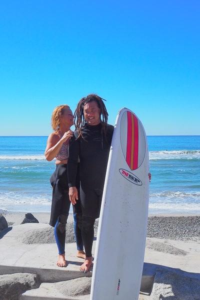 新郎新婦は、50代のサーファーカップルです。