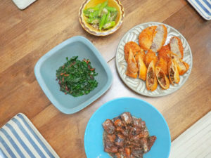 食材の使い切りプロジェクト、続行中。今日もあるものを色々並べてのごはんでした。