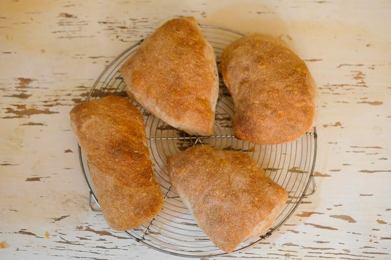 不揃いで素朴なパン
