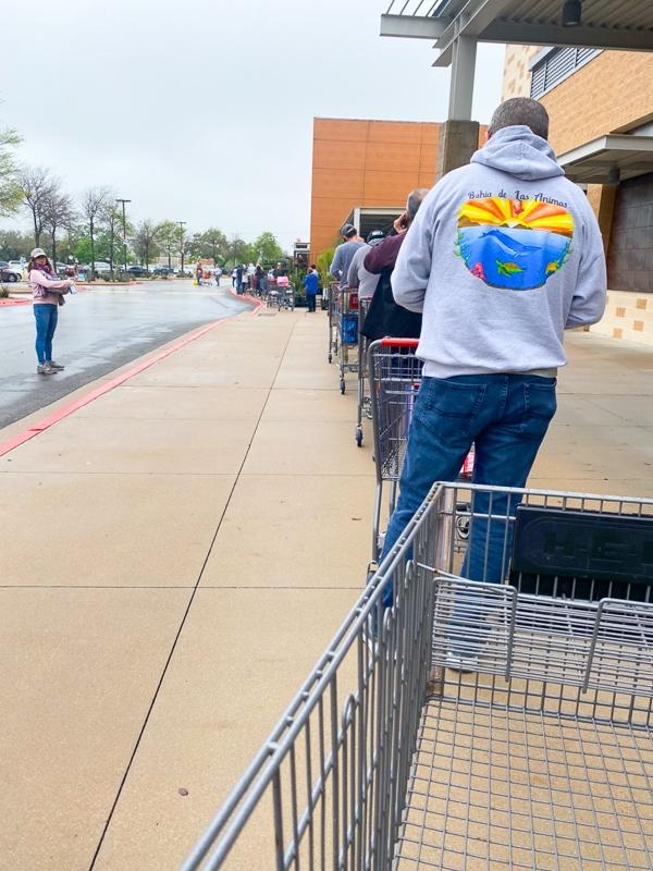 スーパーに入る人の列