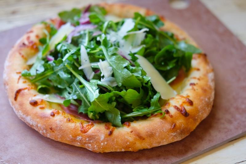 アルグラと生ハムのピザ