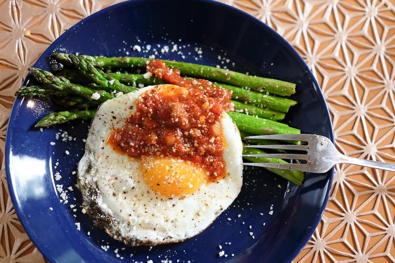 アスパラ+目玉焼き+トマトソース